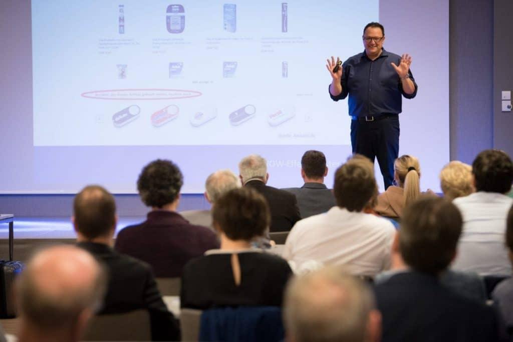 Hannes Katzenbeisser interagiert mit dem Publikum