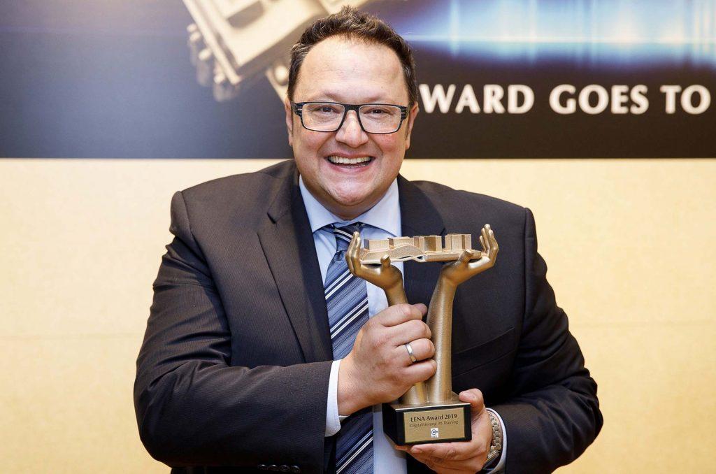 Hannes Katzenbeisser mit dem LENA-Award
