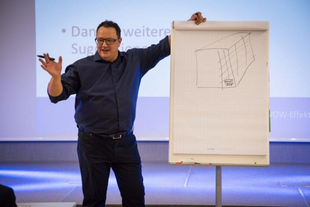 Hannes Katzenbeisser mit Flipchart und Unterbewusstsein