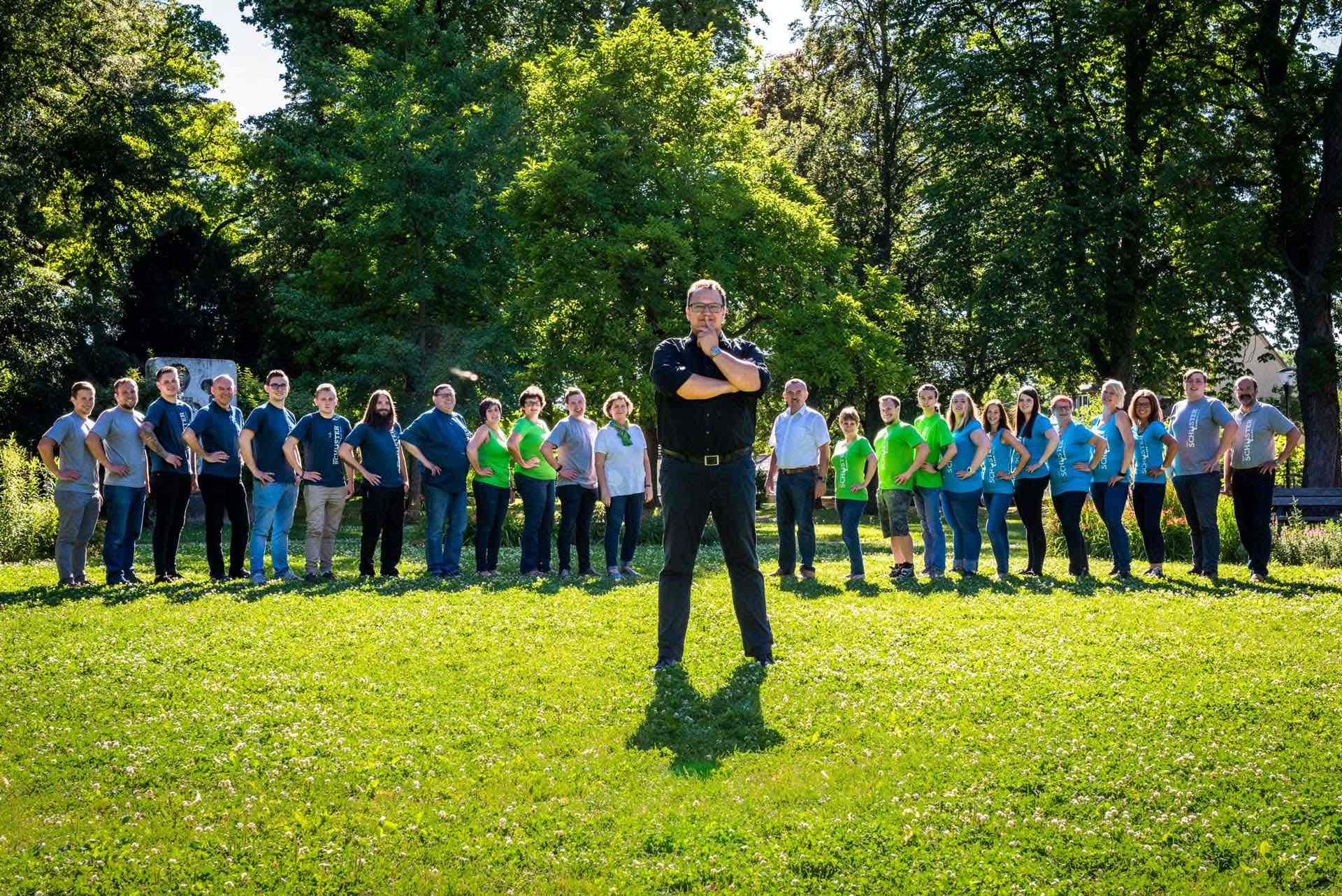 Hannes Katzenbeisser mit Seminarteilnehmern im Freien