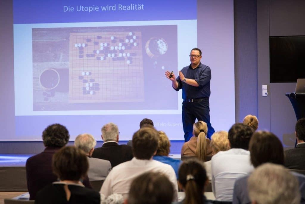 Hannes Katzenbeisser zeigt das Brettspiel Go